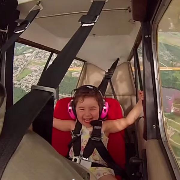 Дети,самолёт,путешествия,авиация, Отец с дочерью на борту выполняет фигуры высшего пилотажа